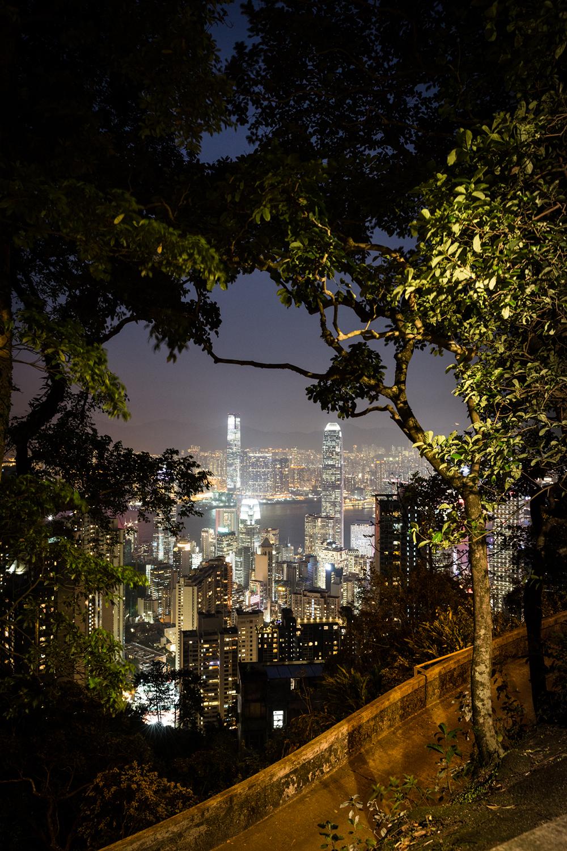 Vue depuis le sentier montant au Victoria peak. Au premier plan, Central, le quartier des affaires sur l'île de Hong-Kong, et derrière, la péninsule de Kowloon